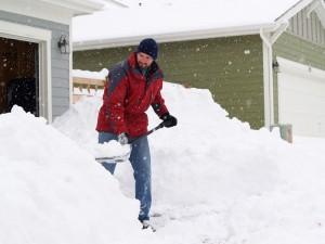 homme pelle neige